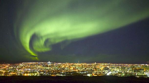 aurora-boreal-sobre-cielo-reykjavik